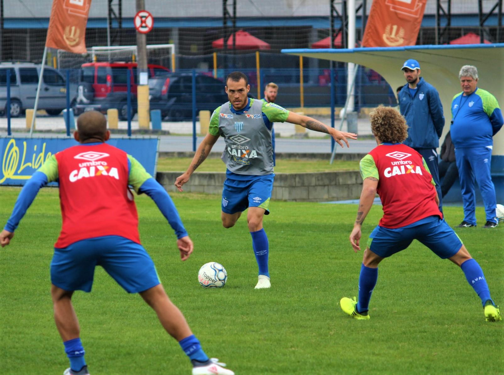 Frio não diminui ritmo de treino do Avaí nesta segunda-feira