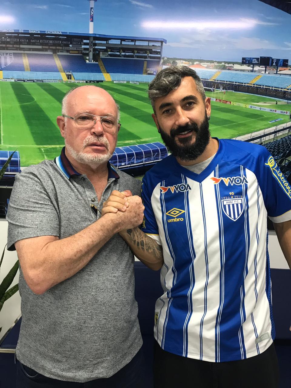 Douglas assina com o Avaí para a temporada