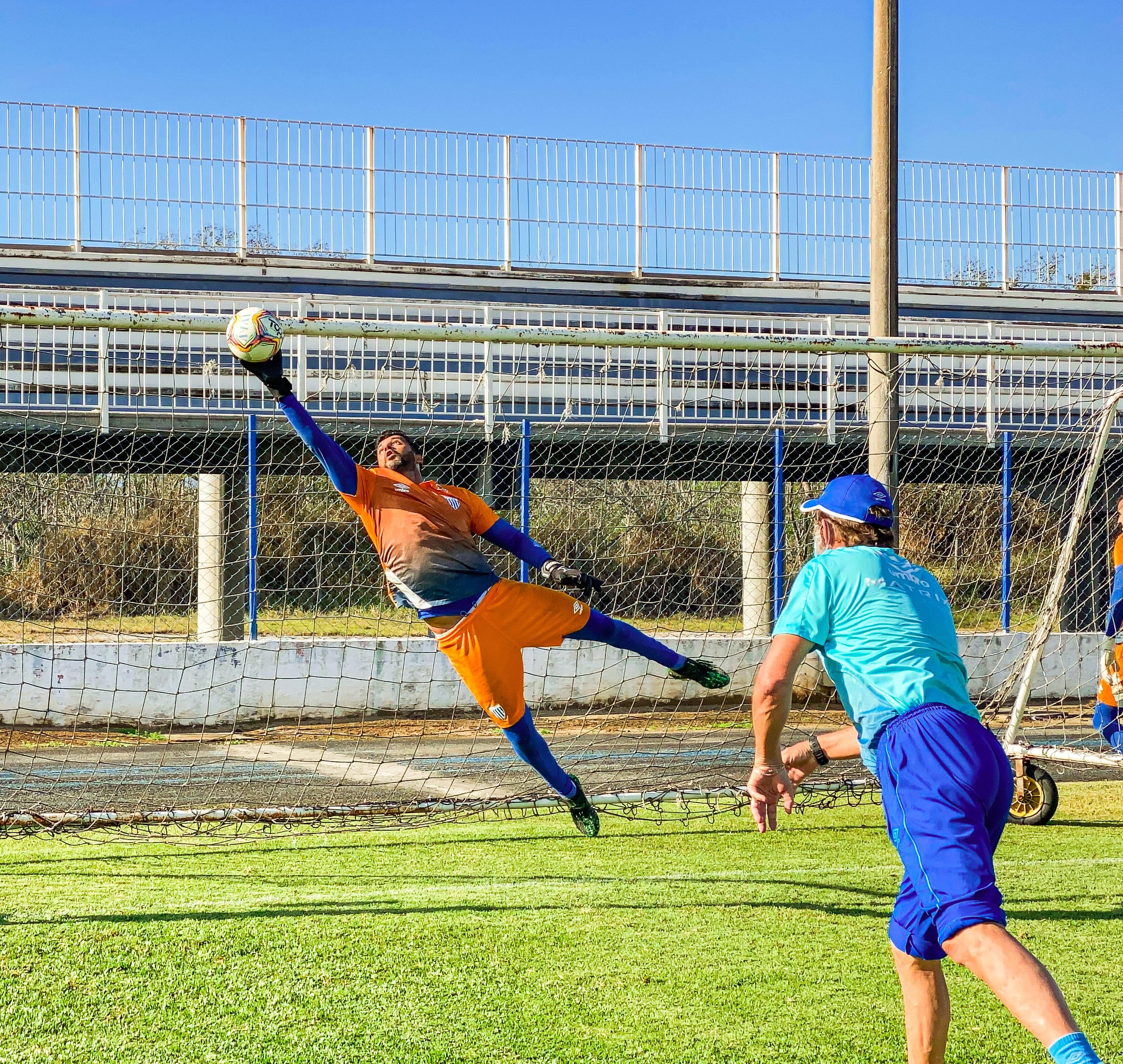 Avaí trabalha com bola no estádio Renato Silveira, em Palhoça