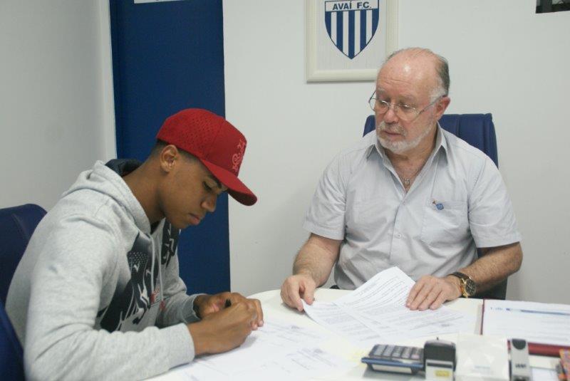 Gabriel renova com Avaí até 2018